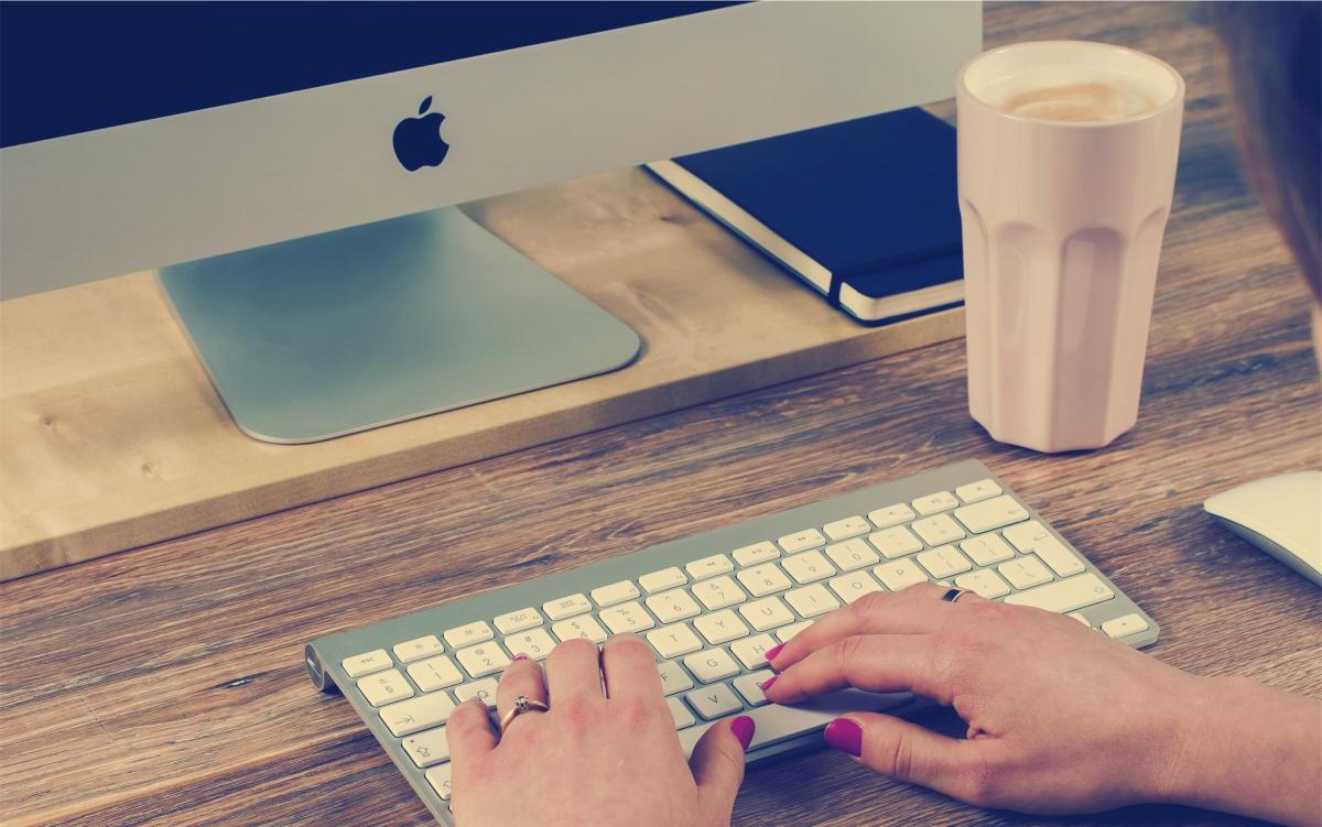 Bilde av mac og hender