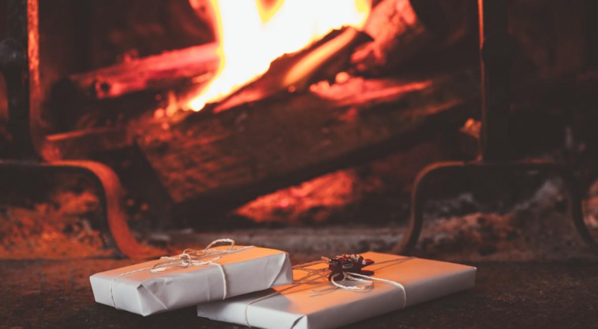 bilde av gaver som ligger foran peisen