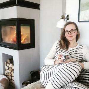 BILDE: Janne liker den skandinaviske stilen, og er særlig glad i ved-nisjen hun fikk laget under peisen.