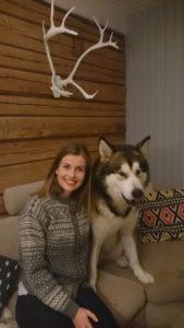 BILDE: Karen Elisa og hennes firbeinte venn trives godt i nordlandshuset.