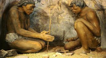 Homo Erectus skaper ild. Bildet er tatt fra The National Museum of Mongolian History i Ulaanbaatar i Mongolia.