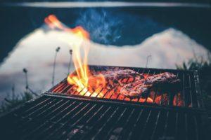 Kjøtt på grill med flammer