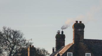 Hus med pipe som ryker