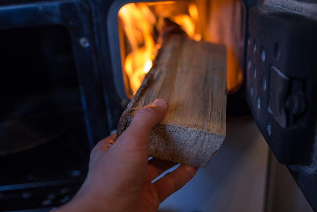 2. oktober er Vedfyringens dag: Slik får du fyr i ildstedet