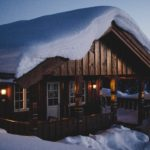Hus med snø på taket
