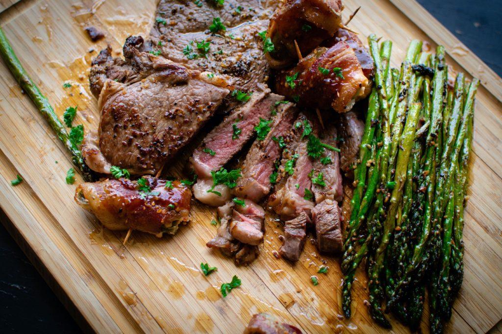 Kjøtt og asparges på skjærefjøl